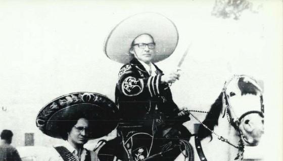 Ernesto Mejía Sánchez vestido de ranchero, junto a Julio Valle Castillo uno de sus más cercanos amigos y discípulo. Cuernavaca, México, 1972. LAPRENSA/Cortesía/Julio Valle Castillo.