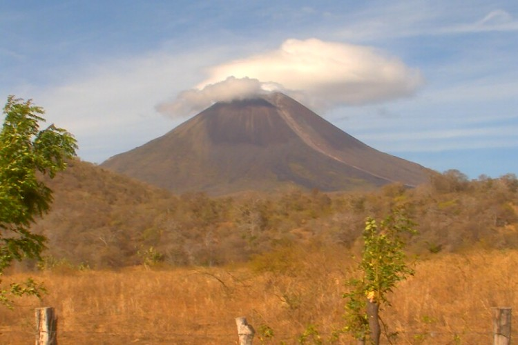 Volcán Momotombo, Momotombo, volcanes, actividad volcánica, Nicaragua,