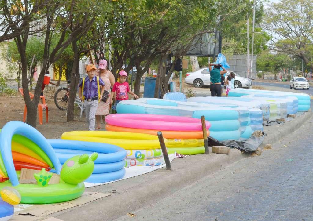 Piscinas inflables alivian el calor en managua la prensa for Hablemos de piscinas
