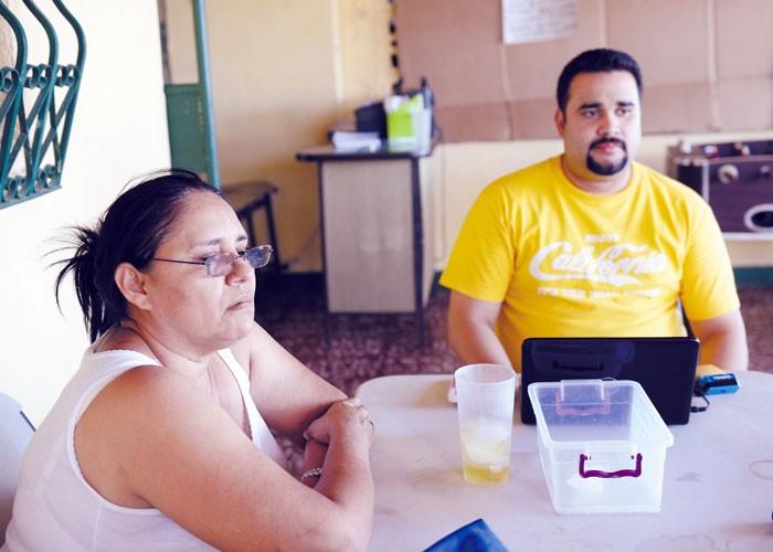 Reyna Salgado y Luis Castillo, vecinos del activista Carlos Bonilla , aseguran que es un luchador por la democracia. LA PRENSA/LISSA VILLAGRA