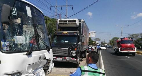 Accidente múltiple de tránsito en Carretera a Masaya. LA PRENSA/Roberto Fonseca