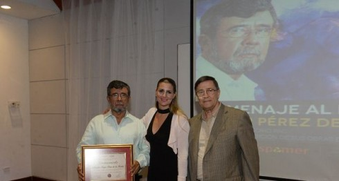 Jesús de Santiago entrega reconocimiento a Róger Pérez de la Rocha