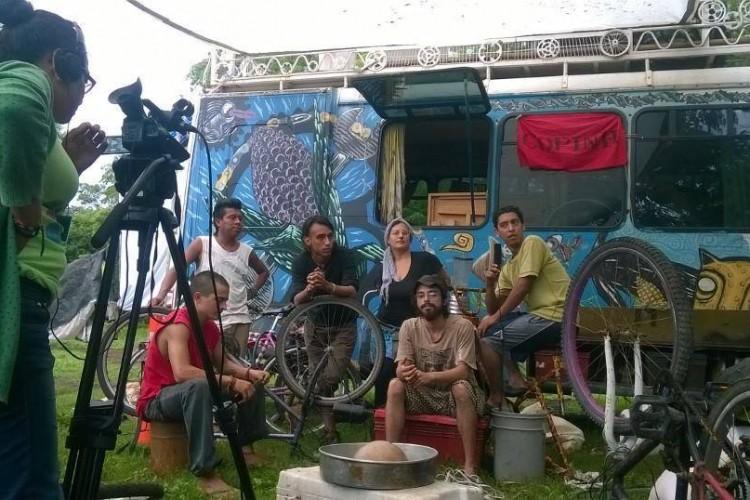 Los jóvenes detenidos por la Policía enseñaban a campesinos a hacer hornos que consumen menos leña. LA PRENSA/Cortesía.