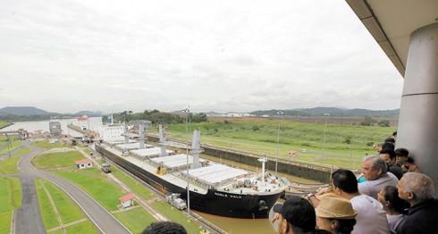 Turistas observan el paso de embarcaciones en la esclusa Miraflores, lado Pacífico, a pocas horas de la inauguración de la obra. La Prensa/ EFE/Oscar Rivera