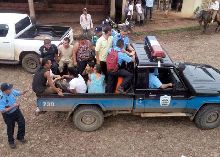 Líderes de la lucha anticanal y extranjeros siendo llevados por la Policía de Nicaragua. LA PRENSA/Cortesía.