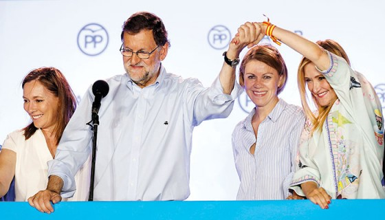 Mariano Rajoy junto a su esposa Elvira Fernández y la secretaria general del partido, María Dolores de Cospedal, tras conocer los resultados de las elecciones generales. LA PRENSA/EFE/Javier Lizón
