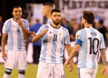 Agüero consuela a Messi tras perder el penalti. LAPRENSA/EFE