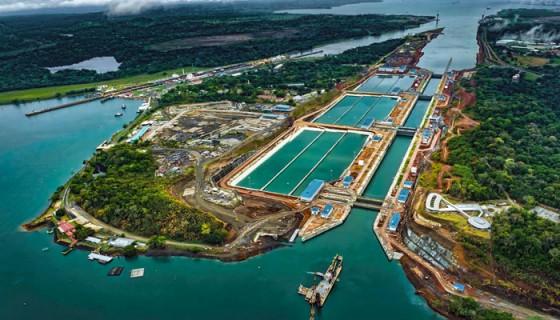 Primer plano: Vista aérea de la nueva esclusa del Atlántico. Esquina superior izquierda: esclusas antiguas. LA PRENSA/Cortesía Autoridad del Canal de Panamá.