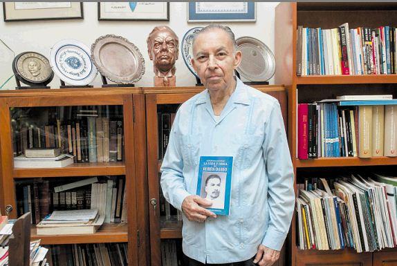 Carlos Tünnermann aparece con la edición Apuntes sobre la vida y obra de Rubén Darío. LA PRENSA/JORGE TORREZ