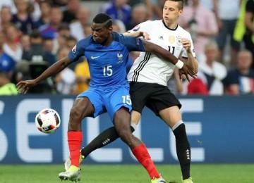 Pogba y Draxler disputan el balón. LAPRENSA/EFE