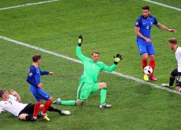 Griezmann al momento de marcar el segundo gol. LAPRENSA/EFE