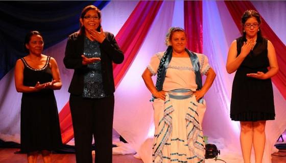 En el festival de la canción de lenguaje de seña participaron 13 personas oyentes de todo el país. LA PRENSA/CARLOS VALLE