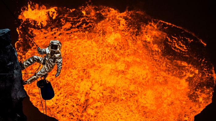 Sam Cossman en el cráter Marum, en el archipiélago de Vanuatu, Oceanía. Esta fue su primera aventura volcánica. Fotografía: samcossman.com