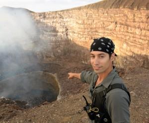 """Sam Cossman señala la """"Zona Cero"""" del cráter Santiago, en el volcán Masaya. LA PRENSA/Uriel Molina."""