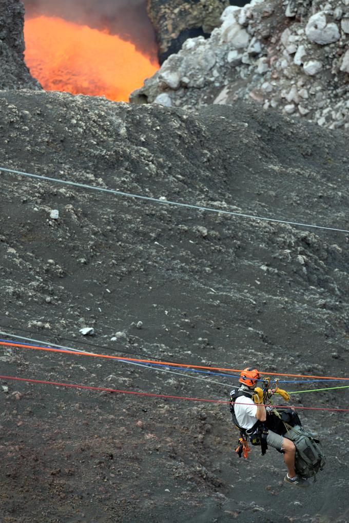 El equipo de Sam Cosman, compuesto por 22 personas, instaló equipos para subir y bajar dentro de la profundidad del cráter Santiago, que según Sam ronda los 400 metros. LA PRENSA/Uriel Molina.