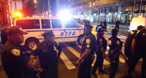 Policías de Nueva York revisan el área de la explosión. AFP / William EDWARDS
