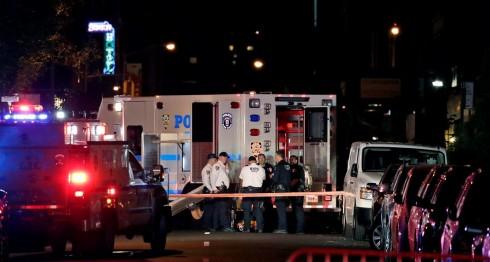 Una ambulancia se presentó al lugar donde explotó el artefacto, la noche de este sábado 17 de septiembre en Nueva York. LA PRENSA/EFE/EPA/JASON SZENES