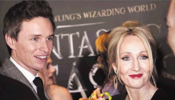 El actor Eddie Redmayne acompaña a la escritora J.K. Rowling en la presentación mundial de Fantastic Beasts and Where to Find Them. LAPRENSA/ EFE/PETER FOLEY
