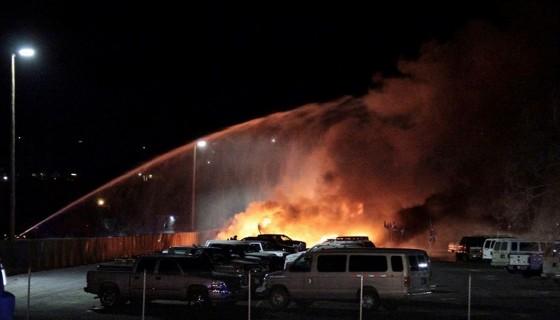 Bomberos apagando el incendio causado por la aeronave al accidentarse. LA PRENSA/Toni R. Milano/The Daily Free Press via AP