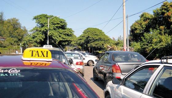 Los taxistas de Granada incrementaron el precio de los pasajes sin autorización del ente regulador.