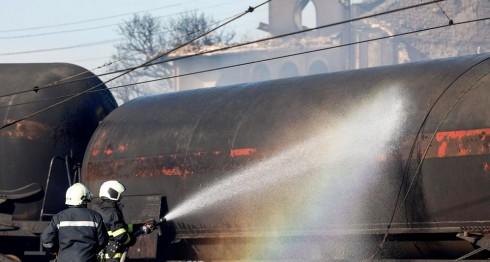 Bomberos en la escena de la explosión, en Bulgaria. LA PRENSA / EFE/EPA/STR
