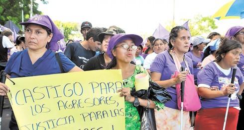 Las mujeres demandan justicia todos los años. Actualmente se encuentran prófugos 25 de los 46 femicidas, asesinatos registrados entre enero y noviembre de 2016. La Prensa/Archivo