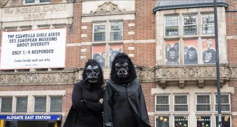 Las artistas feministas de Guerrilla Girls ante la galería Whitechapel de Londres exponen su arte sobre la discriminación de la mujer en la cultura. LAPRENSA/EFE