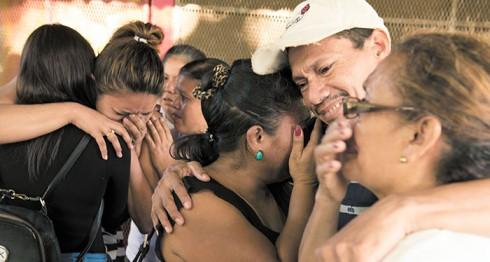 Familiares de Denis Torres, una de las víctimas de la explosión del tanque de gas en el mercado Roberto Huembes. La Prensa/ U. Molina