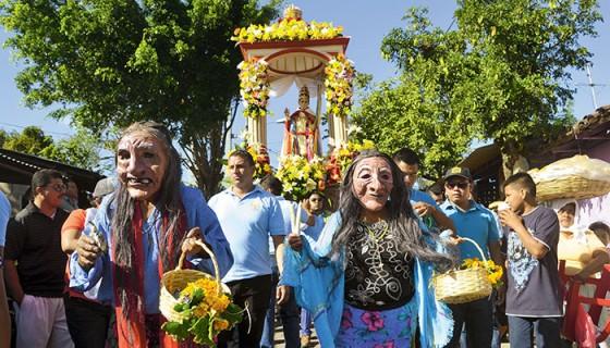Los habitantes de Catarina cargaron y bailaron a San Silvestre, este 1 de enero, para cerrar sus festividades patronales. LA PRENSA/ NOEL AMILCAR GALLEGOS