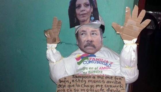 Este es el segundo muñeco construido después del decomiso del primero. Este sí fue quemado. LA PRENSA/CORTESÍA.