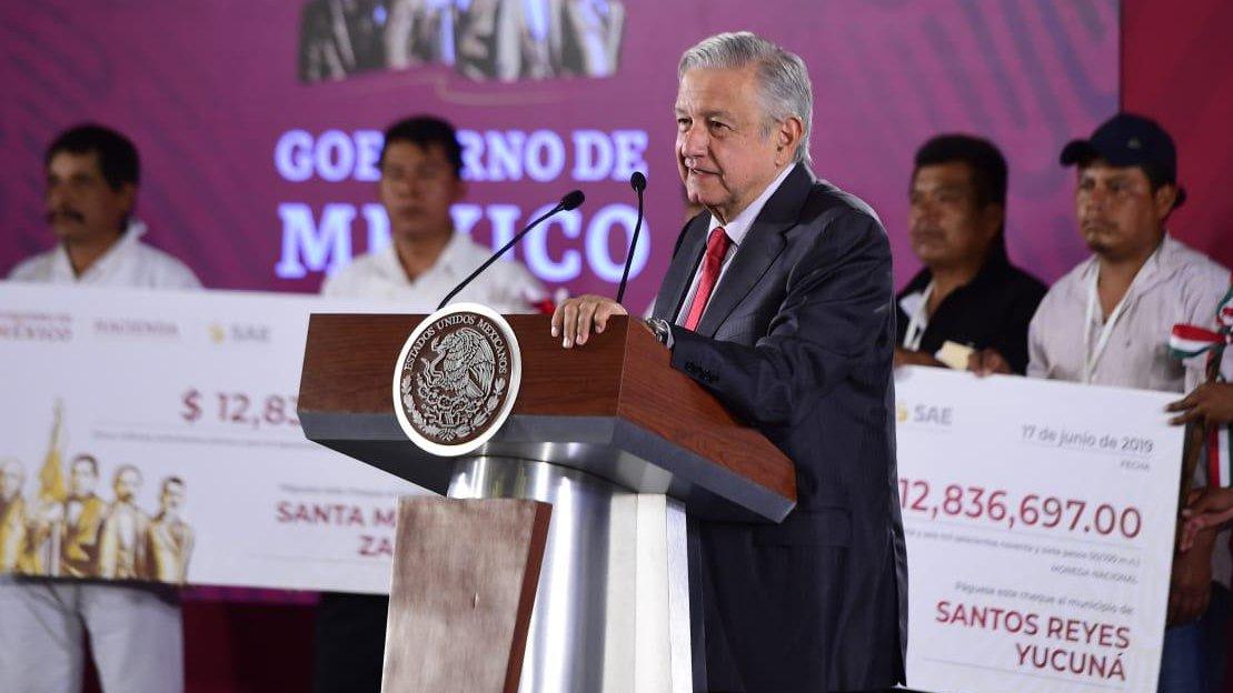 AMLO entrega dinero a comunidades de Oaxaca.jpg