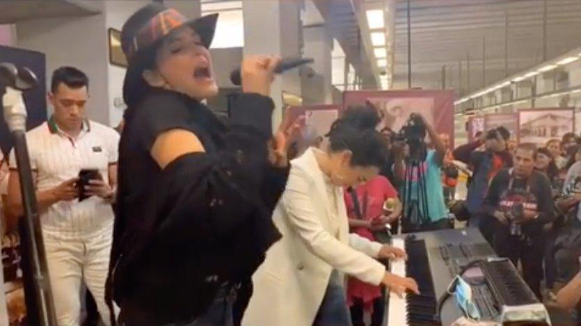 Ana Bárbara y Flor Amargo en el STC Metro de la CDMX.jpg