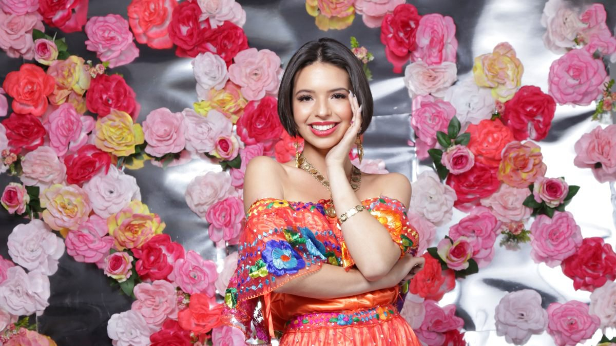 ÁngelaAguilarProxGira.jpg