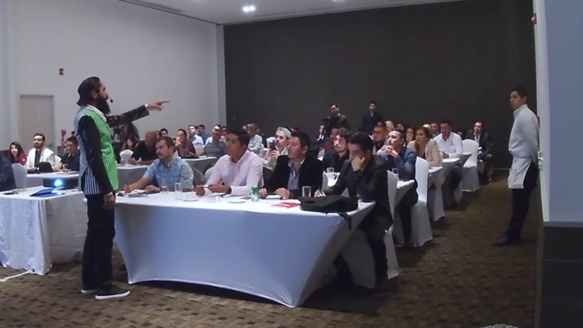 Carlos Muñoz humilla a mesero en su conferencia.jpg