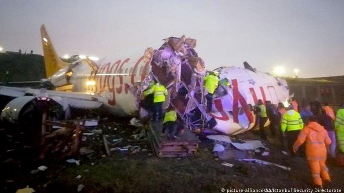 avion-se-parte-por-la-mitad-en-turquia.jpg