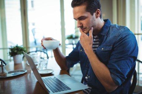 hombre-usando-computadora-portatil-mientras-que-cafe_1170-729.jpg