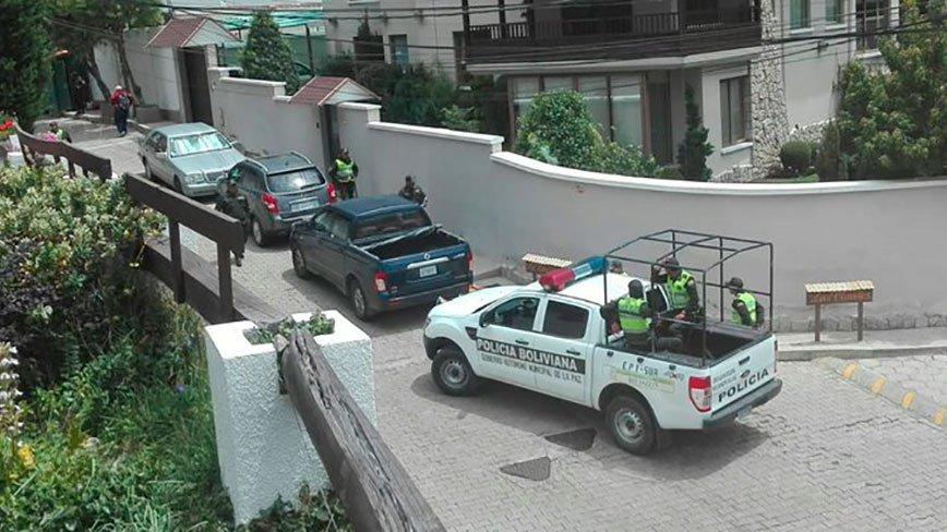 policía-de-bolivia-rodea-la-embaja-de-méxico.jpg