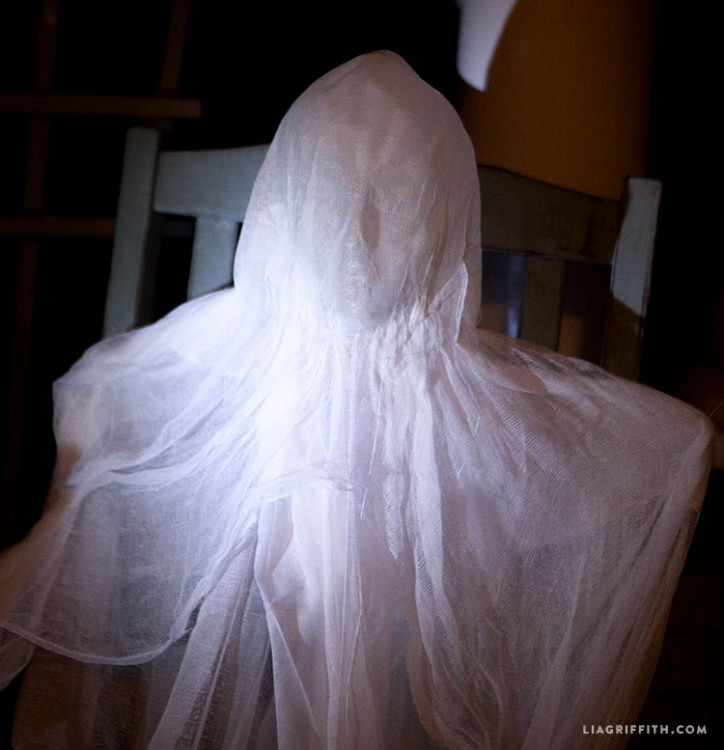 Foam_Head_Ghosts_Dark_Halloween_Muslin