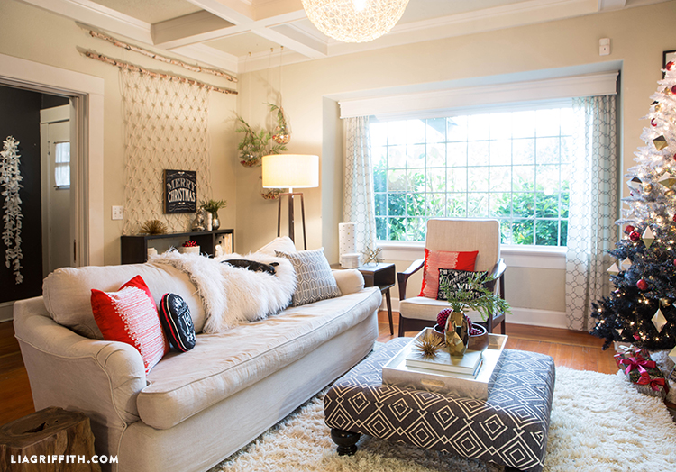 White_Scandinavian_Christmas_Livingroom