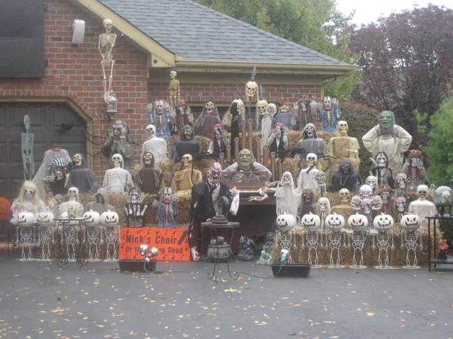 Houses Halloween Decorations That Are Nearly An Amusement Park