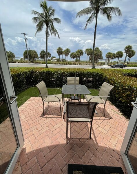 Sunset Royale - 100- Beautiful outdoor Patio across from Siesta