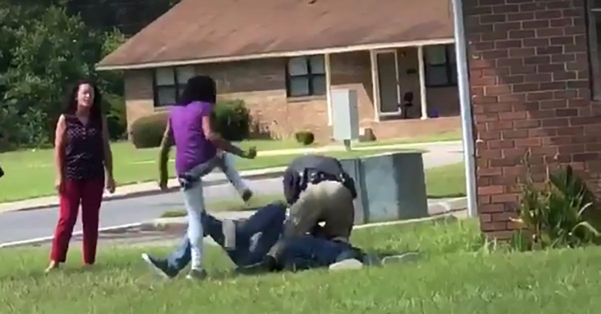 VIDEO: Officer Single-Handedly Arrests Three High-Schoolers Attacking Him