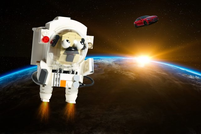 Pug astronaut sees a Tesla (built by 鄭 仲恆)