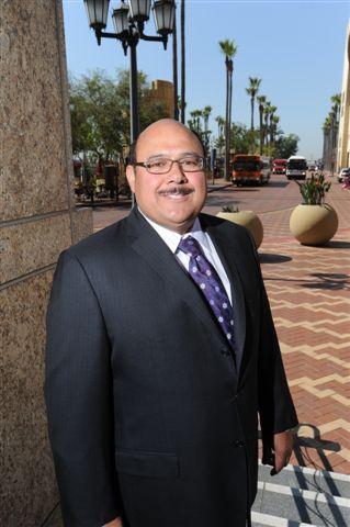 Fred Origel en la entrada de las oficinas de Metro en Union Staiton. (Foto Juan Ocampo/Metro)