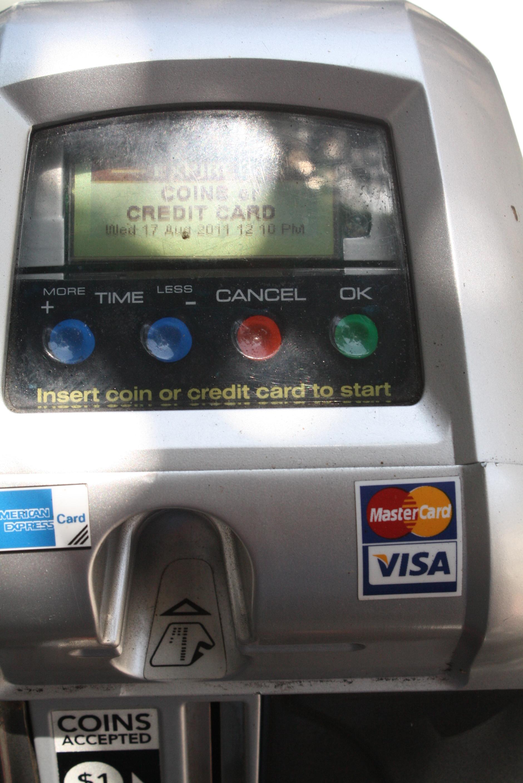 Los nuevos parquimetros cuenta con lo mas avanzado de la tecnología, ahora puede pagar con tarjeta de credito. (Foto Agustín Durán/Metro)