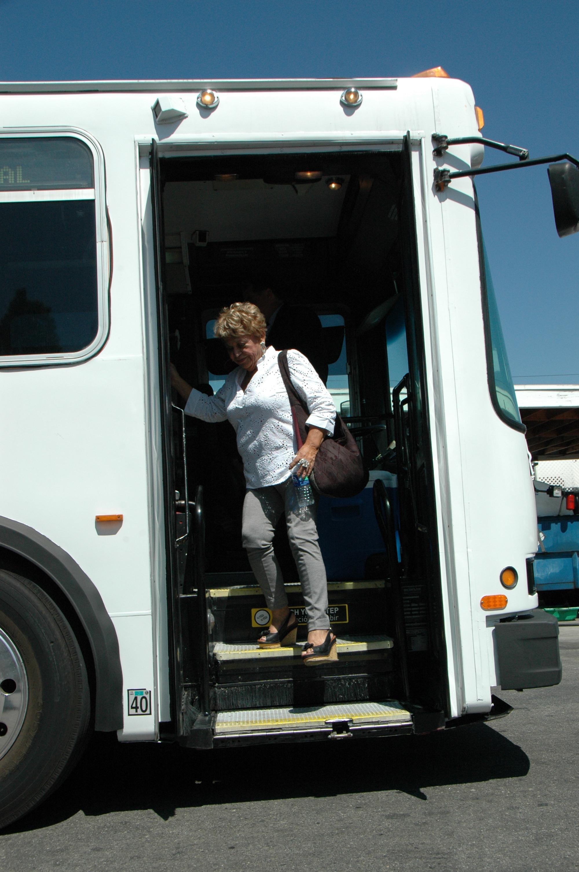 La actriz Lupe Ontiveros bajando del autobús. (Foto José Ubaldo/El Pasajero)
