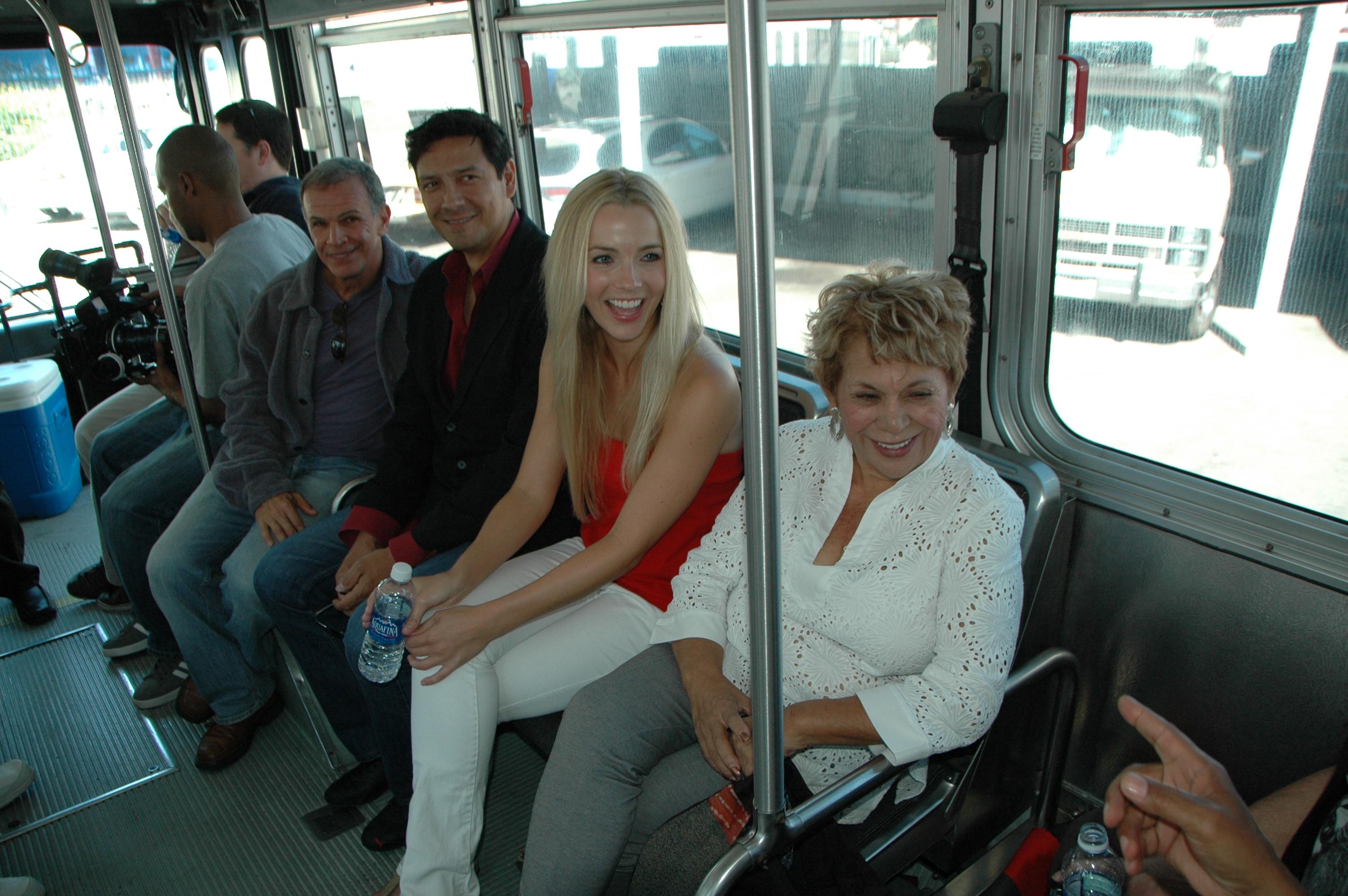 El elenco de Los Americans viajando en autobús. (Foto José Ubaldo/El Pasajero)