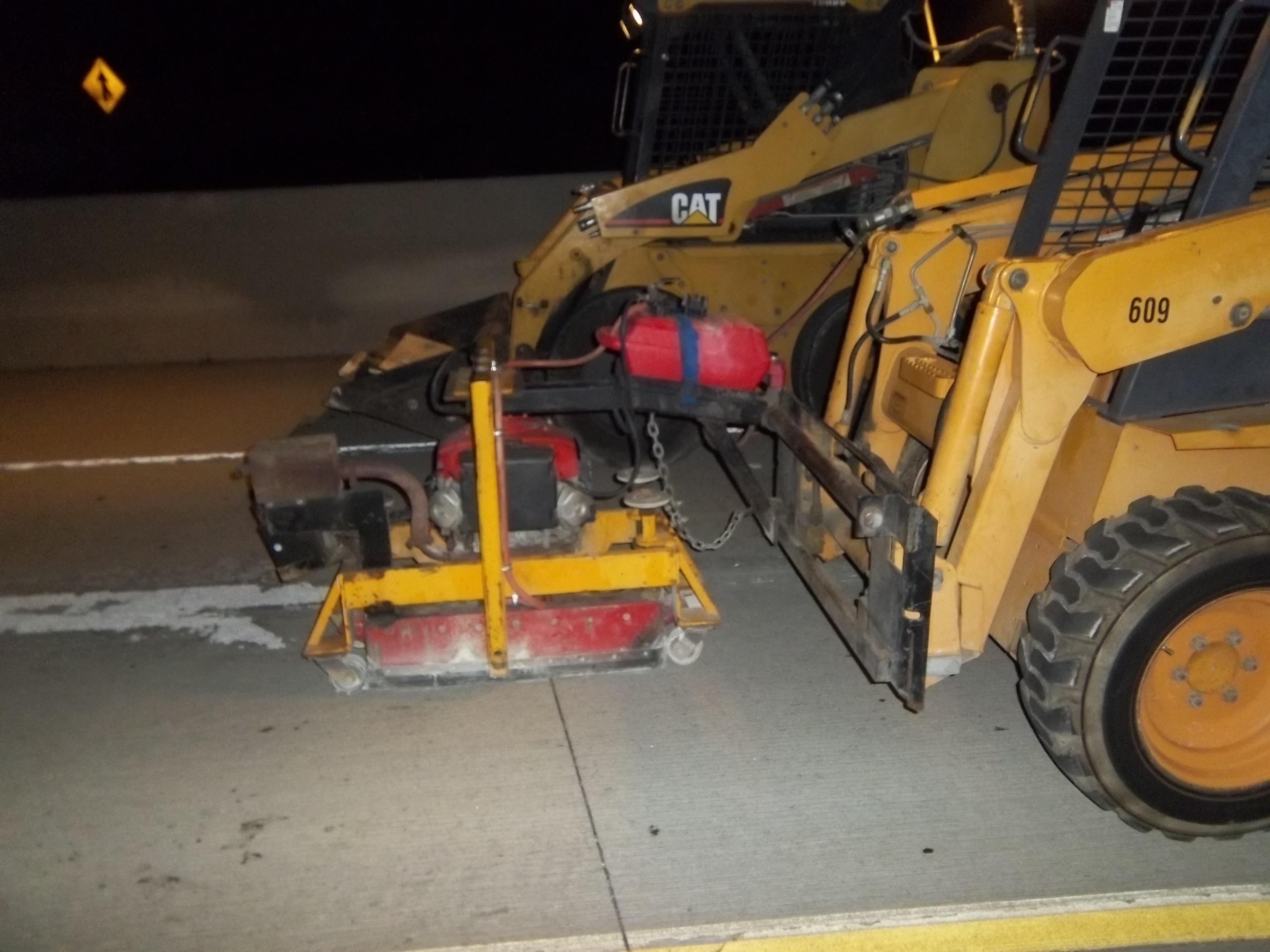 Maquinaria trabajando en el retrazado de los carriles en la autopista. (Foto Metro)