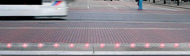 Luces de advertencia incrustadas en la superficie en un cruce del tren ligero en Houston, Texas.