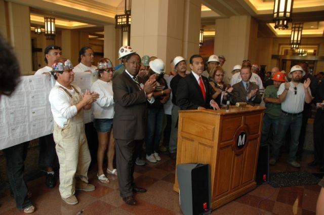 El Alcalde Antonio Villaraigosa, el supervisor Mark Ridley-Thomas y Maria Elena Durazo, en los momentos en que fue anunciado el Acuerdo Laboral de Proyectos de Metro.